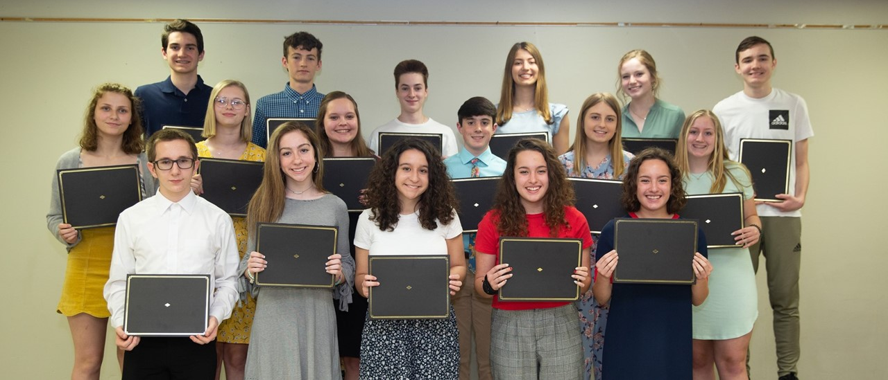 17 Honor Students in the Class of 2022 holding certifcates